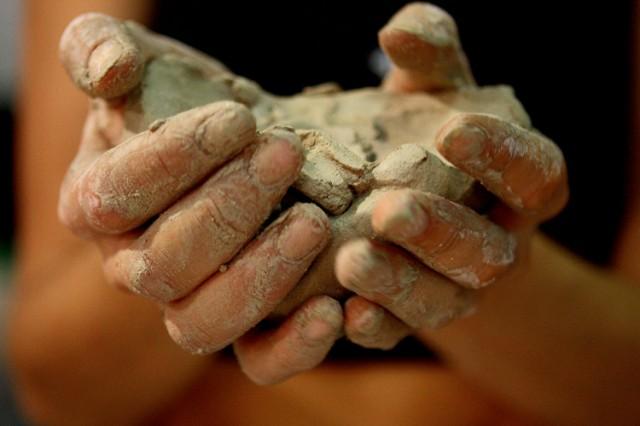 глина в руках у Полины