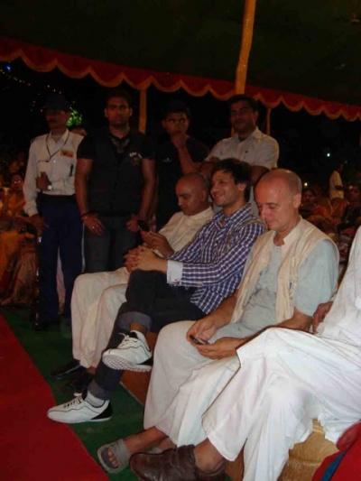 Вивек смотрит программу слева Рупа основатель школы