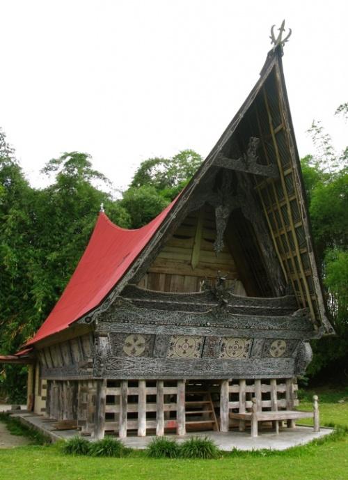 Традиционный дом на озере Тоба