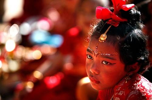 """Непальская девочка участвует в церемонии """"Ехи"""" в Катманду. Во время этой церемонии девочек """"выдают замуж"""" за дерево баиль, символизирующее бога Шиву."""