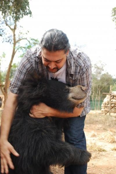 освобожденный медведь Одом в добрых руках Картика