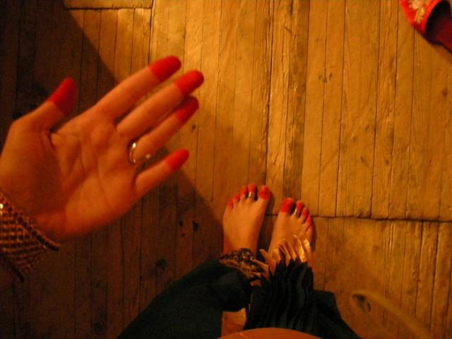 Стопы и пальцы рук окрашиваем краской растительного происхождения, она называется альтА. Её красный цвет - символ жизни, энергии, радости.