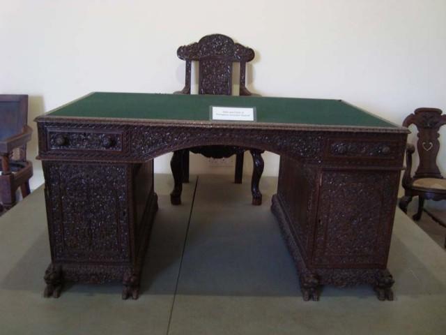 Рядом столик был инквизиции от него уходили на гильетину.кердыкбашка