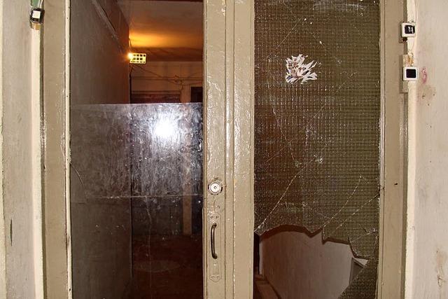 здесь живут мои друзья. их сосед кулаком выносит стекла