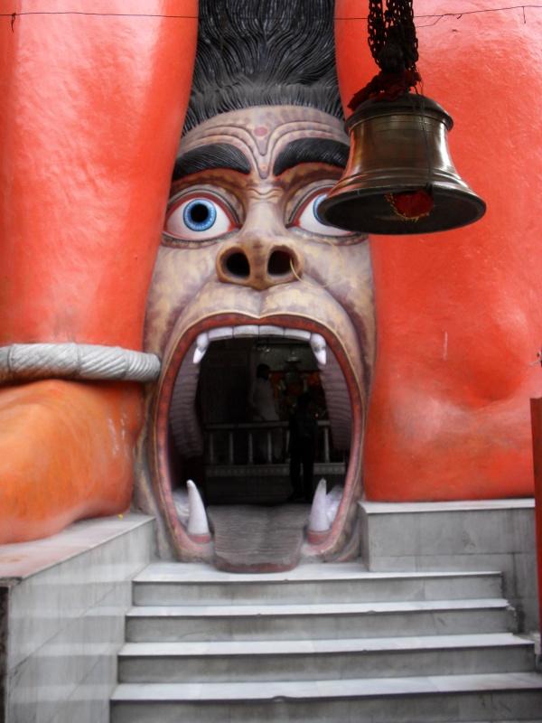 Вход в храм. Будьте осторожны - он очень низкий. Легко удариться головой.
