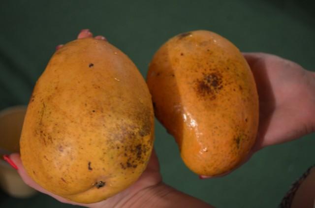 Гигантский манго:)Сладкий невероятно!