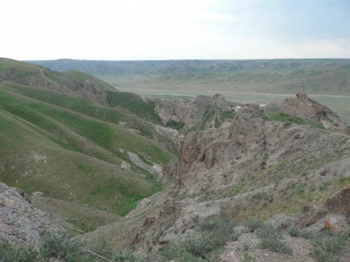 Еще повыше. Именно скал не так много. В основном обычные, достаточно старые горы.