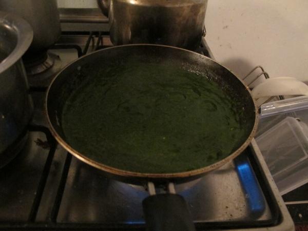 """Добавляем готовое пюре и соль по вкусу. По необходимости добавляем воду (если вы желаете """"пожиже"""") и доводим это все до кипения"""