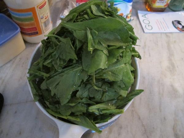 Для начала - моем шпинат. Это - самая долгая и мучительная часть в приготовлении блюда