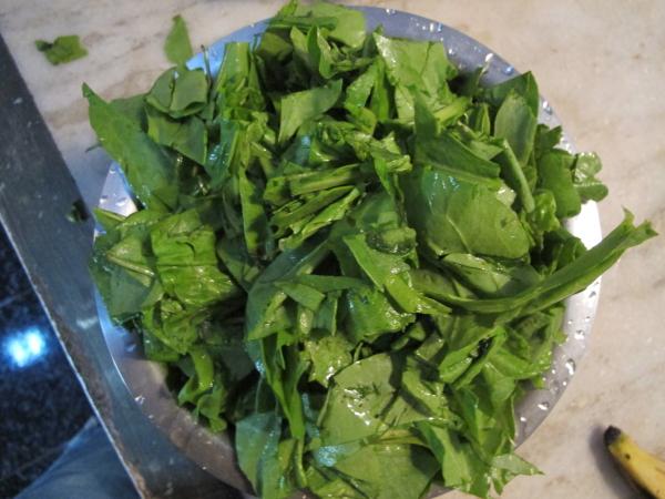 Нарезаем шпинат не очень мелко (можно и не нарезать - он все равно попадет в блендер)