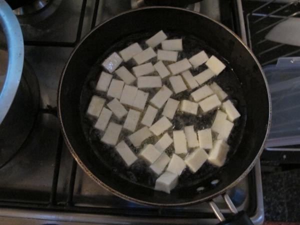 Жарим кубики paneer в большом количестве подсолнечного масла (это называется deep fry)