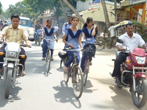 Девчонки едут в школу