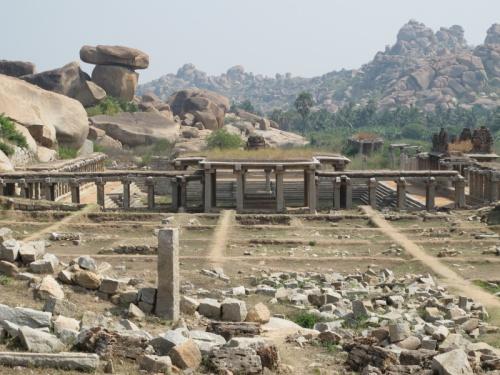 И базар рядом с храмом