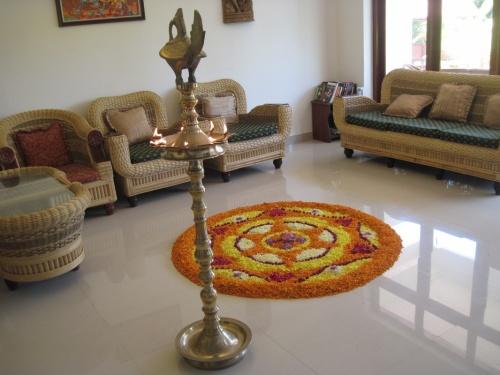 Онам. Вход в дом украшают светильник и цветочный ковёр.