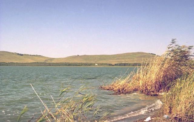 А это Большой Бугодак. Когда-то это было одно большое озеро, потом обмелело,появился перешеек.