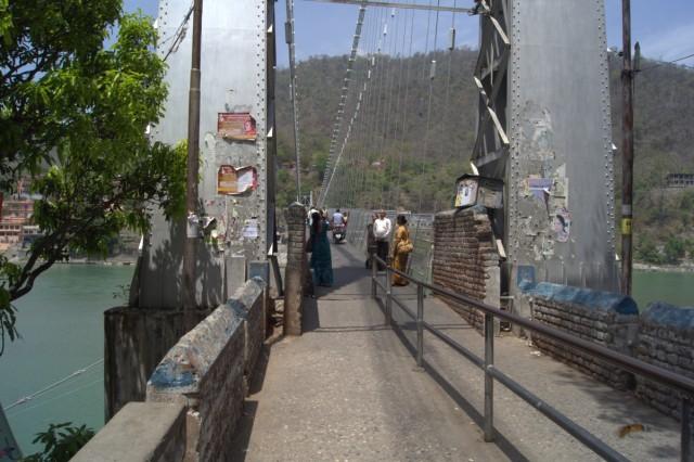 Заходим на мост и переходим на восточную сторону