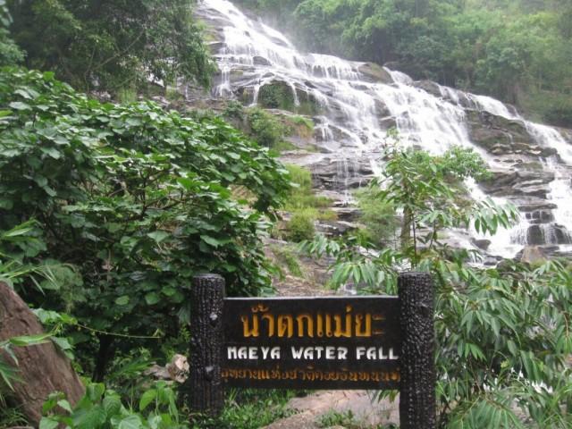 Водопад с табличкой