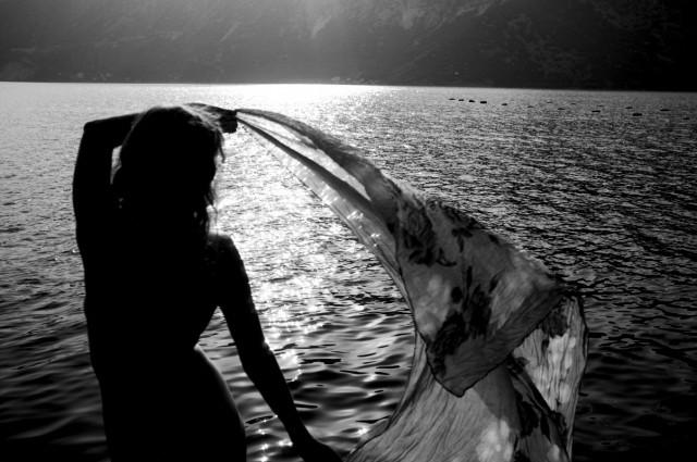 и подгоняют ее лодочку-ракушку к самому берегу