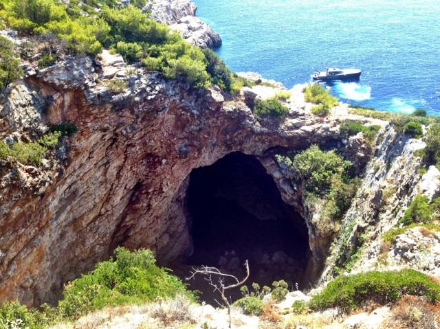 Пещеру можно проплыть насквозь