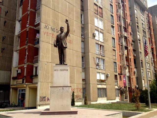 Памятник Клинтону