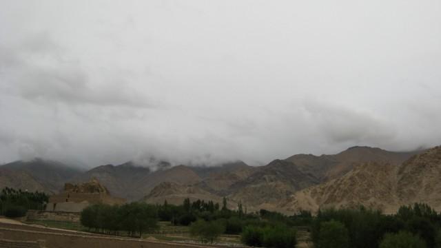 На заднем плане - дорога на Кхардунг Ла (он где-то левее, высоко в тумане)