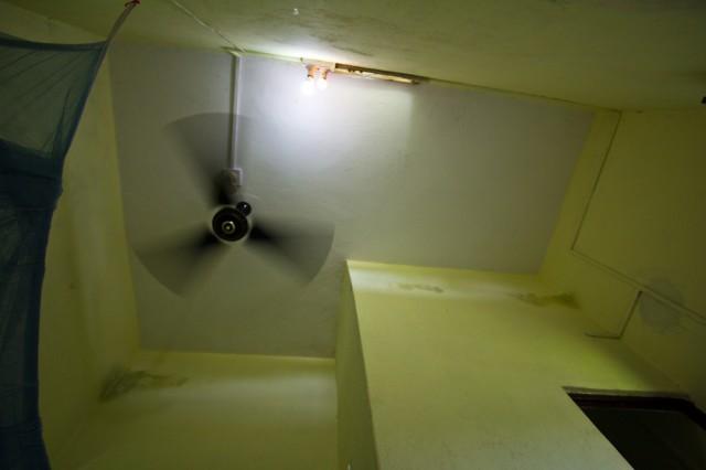 по потолку видны размеры и форма комнаты.