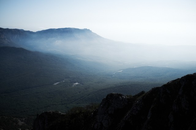 Вид с вершины Чатырдага на Демерджи