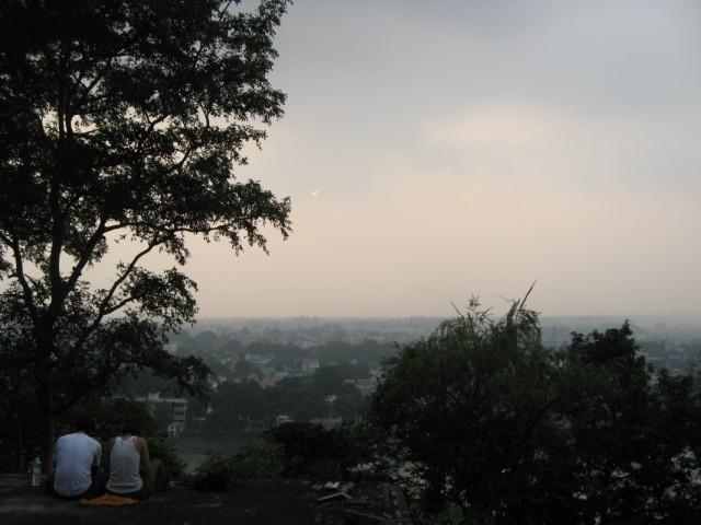 Вечерний Ришикеш с крыш бывшего Ашрама Махариши
