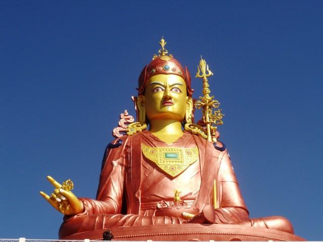 Огромный и строгий Будда :)