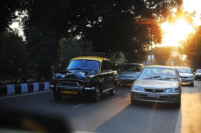 дорога из аэропорта..солнце в закате..такси-амбасадоры... да..я дома...