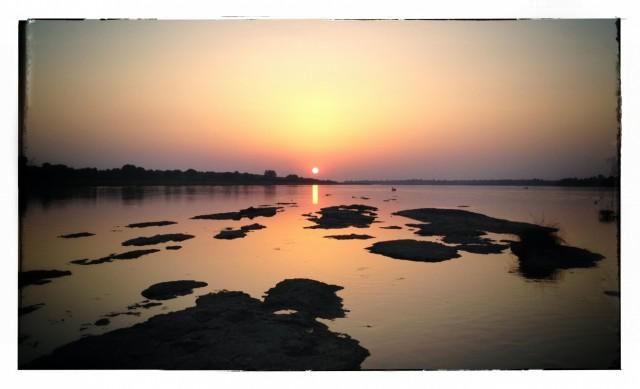 Река Нармада на закате до подъема воды...