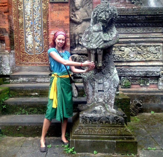 Monkey Forest 05. У храма в саронге