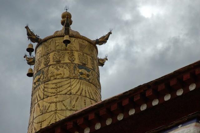 на крыше храма