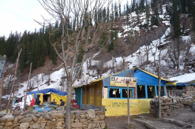 Здесь ночевали в кафе по 50 рупий с человека