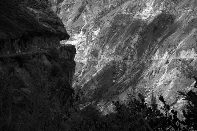 Дорога вырублена прямо в скале
