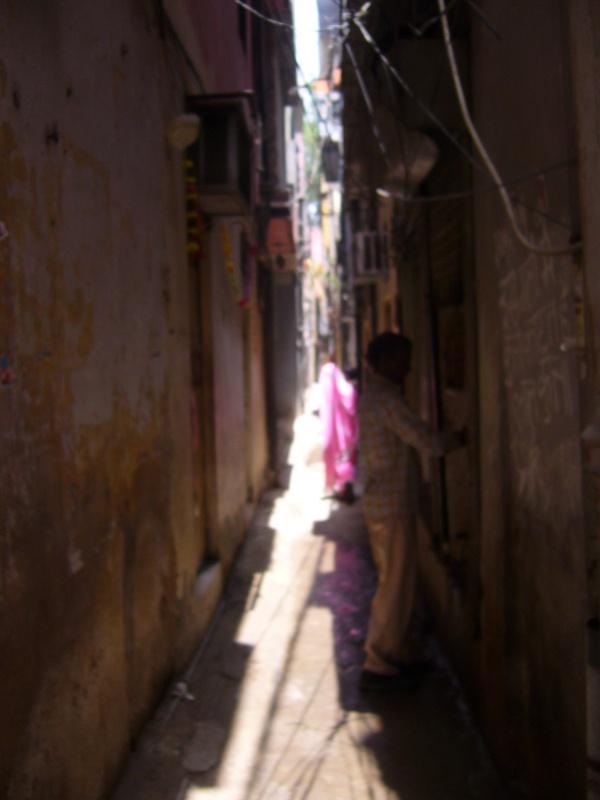 Очень узкий переулок на Пахар-Гандж