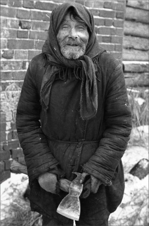 29.12.1943 с.Пришня. Дедушка Плужников Г.Ф. вынужден ходить в платке, так как немцы сняли последнюю шапку