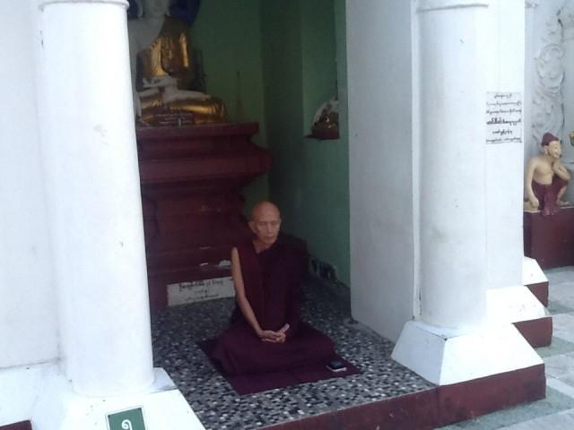 Это монах! Он похож на статую!