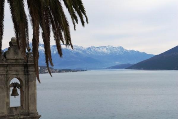 Море и снежные горы