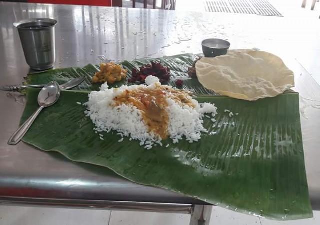 С 12 до 16 часов в ресторанах подают обед (meals). Меню нет, без вариантов. 70 рупий