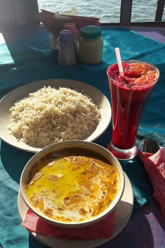 Пример курортного меню, одинакового по всей Индии: дал макхани и рис с зирой, сок ABC (apple, beetroot, carrot), 300 рупий