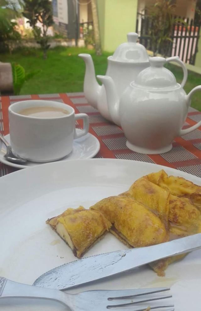 Завтрак в моем гесте: блинчик с бананом и кофе даже из кофейника. Не вошли в кадр салат из фруктов и сок из ананаса