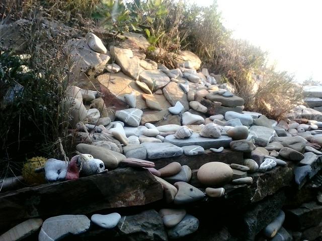 камушки вдоль  лестицы