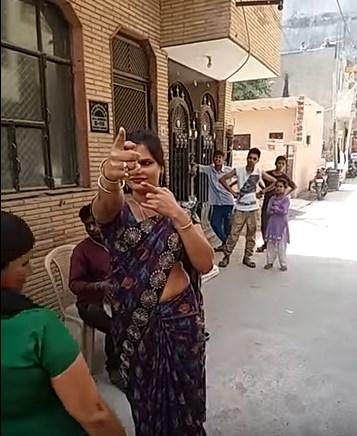 Уличная танцовщица в Дели
