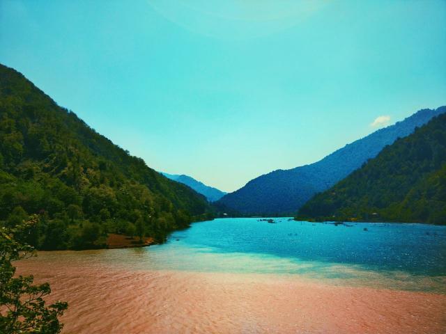 Двухцветная река