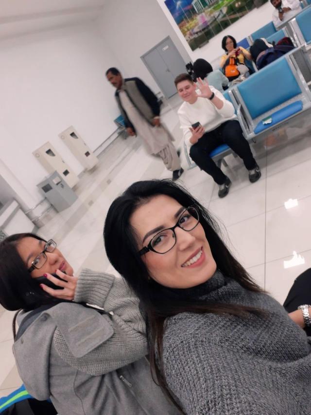 Я, Гузаль и Амаль в узбекском аэропорту прощаемся с мамами