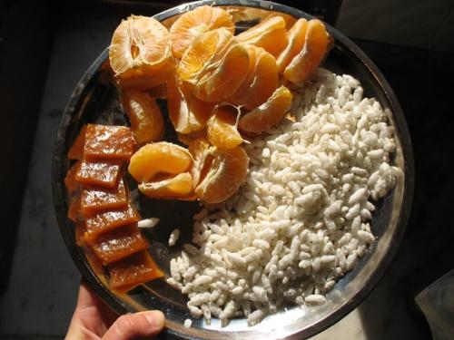Мой вриндаванский завтрак: папайя, сушеное манго и дутый рис. Ням-ням!!!