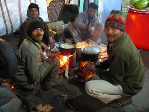 Пахар-гандж: зима в этом году теплая, но костерчик не помешает.