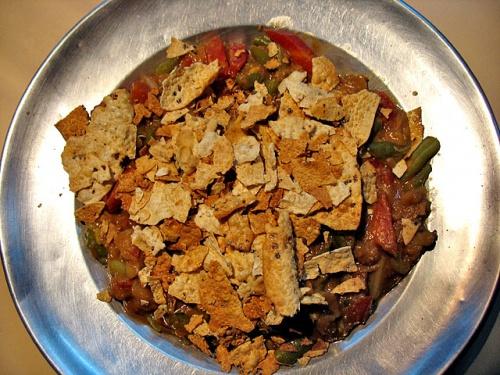 """То самое Гадо-гадо из ресторана """"Микки маус"""". Тушеные овощи, присыпанные кусочками индийской хрустящей лепешкой папад. Сладковато из-за морковки."""