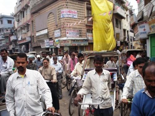 Пробка из людей и рикш